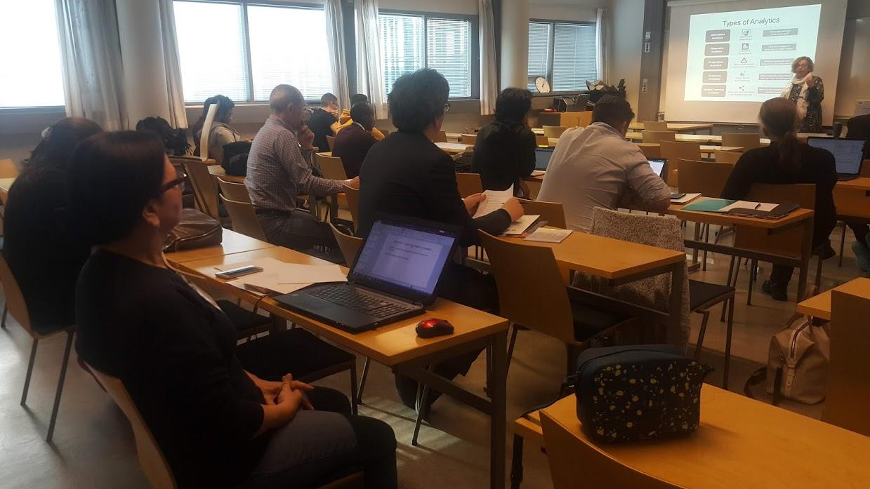"""Primera reunión del proyecto """"Smart Ecosystem for Learning and Inclusion"""". Quienes integran el proyecto están en un salón de clase escuchando una presentación sobre el proyecto."""